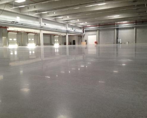 Optimierter Industrieboden in Produktionshalle