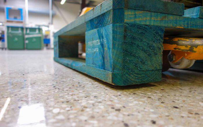 """Beitragsbild """"Für Industriebodenbauer: Die Vergütung im Rahmen der schleiftechnischen Optimierung von Industrieböden"""""""